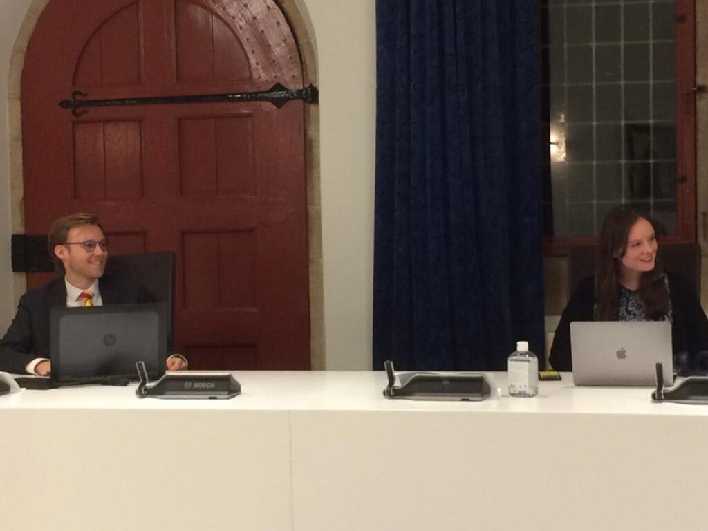Matthijs Gouwerok en Kim Bosch luisteren naar de afscheidswoorden van de burgemeester.